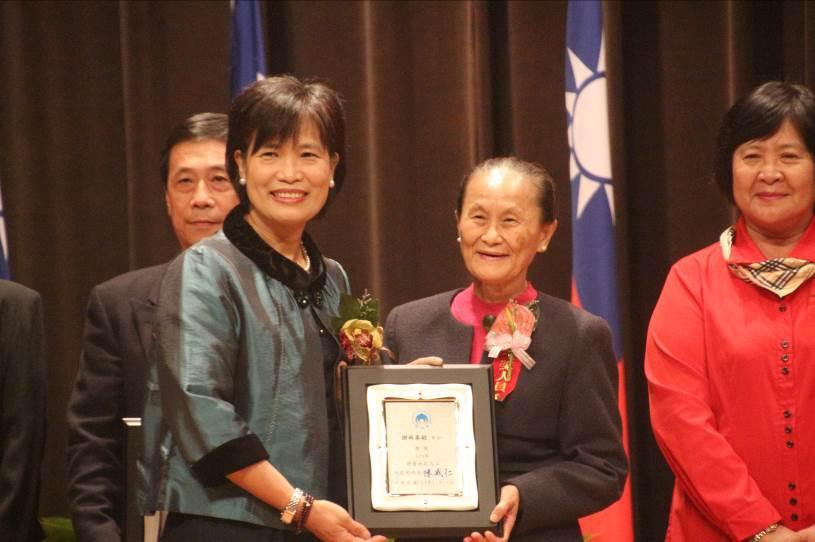內政部常務次長林慈玲(左)頒贈103年績優地政志工獎狀